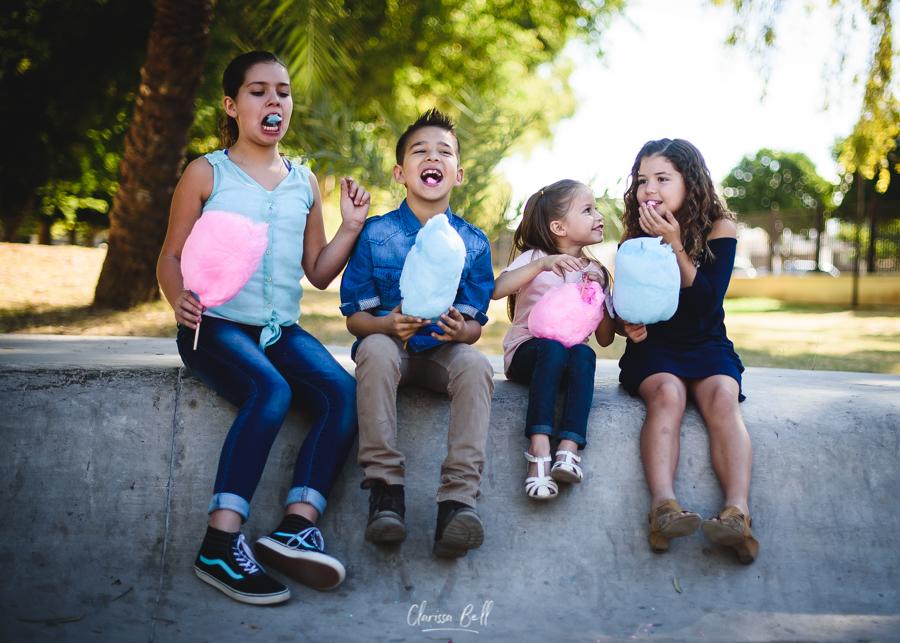 niños comiendo algodón