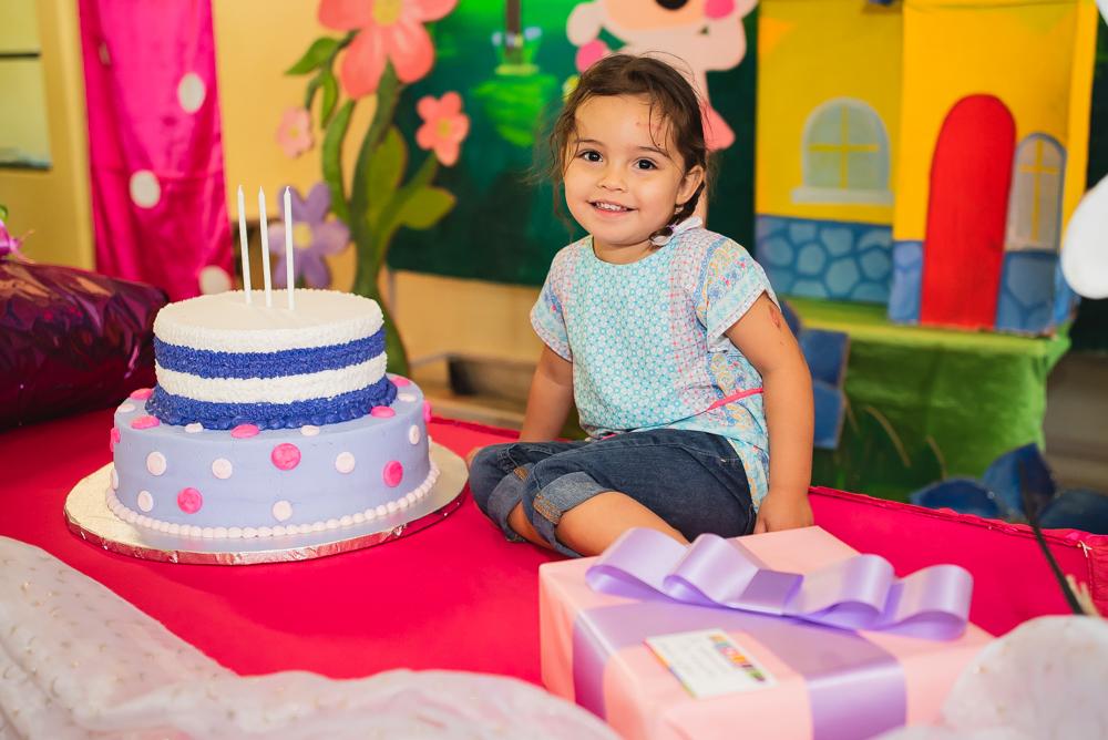 Niña de 3 años con su pastel de cumpleaños
