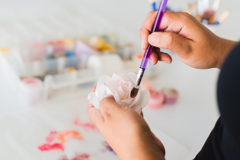 mano pintando rosa de oblea