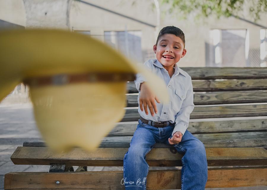 Niño tirando sombrero