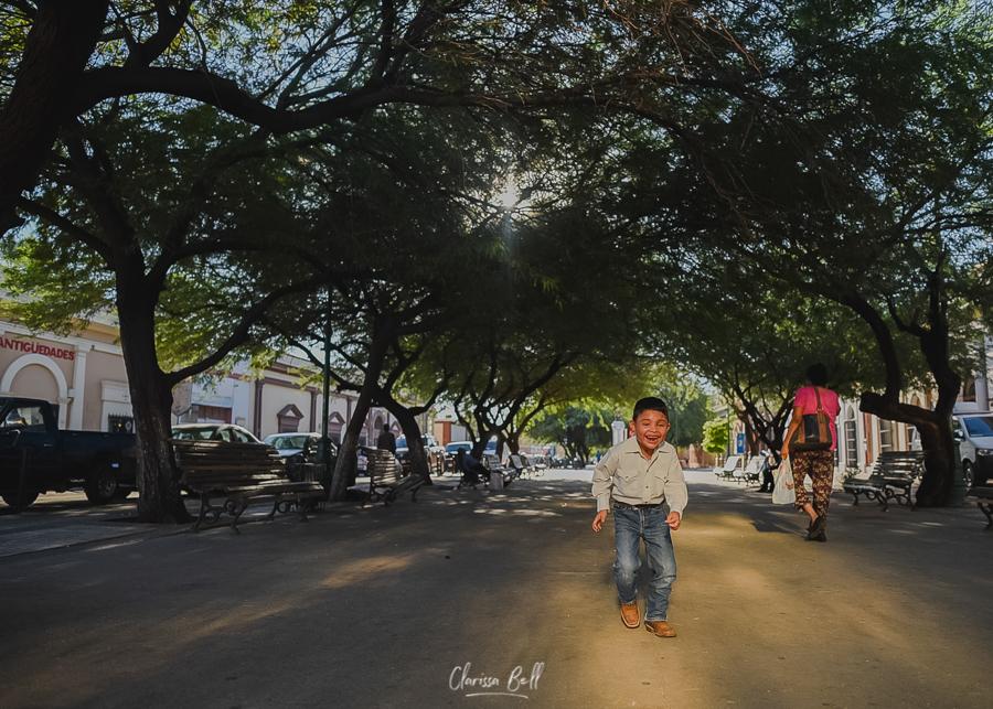 Niño corriendo en plaza