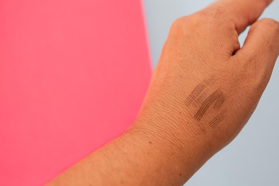 Prueba en mano de Tattoo Brow Ink Pen