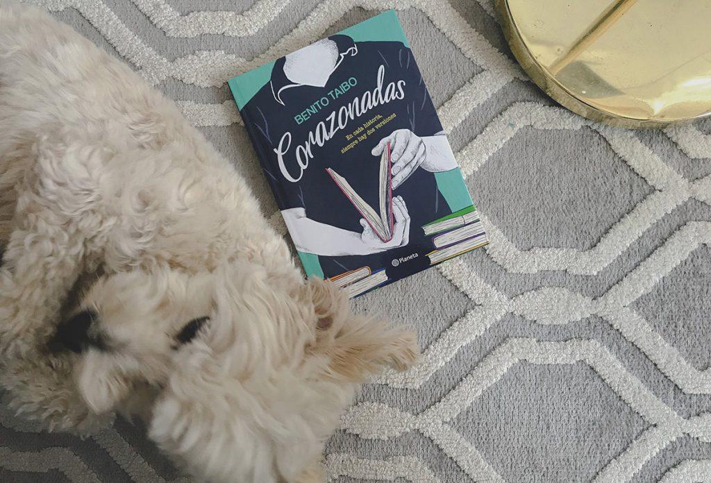 Portada del libro Corazonadas de Benito Taibo sobre un tapete gris y un perro blanco.