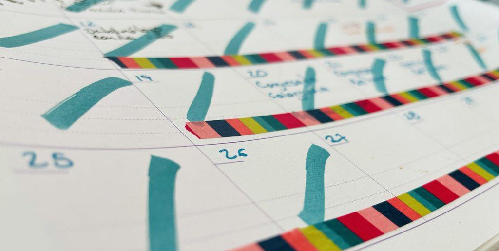 calendario tachado con muchos pendientes